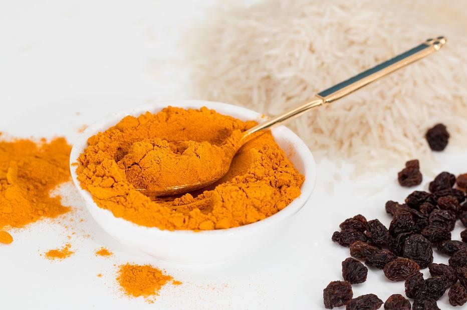 O que dá a cor à bebida é a cúrcuma, alimento com propriedades anti-inflamatórias. Crédito: Pixabay