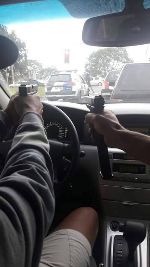 Ousados, bandidos tiram foto apontando armas para viatura