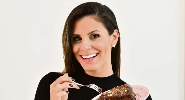 Joyce Rodrigues prova um bolo feito sem açúcar refinado: hábito virou trabalho