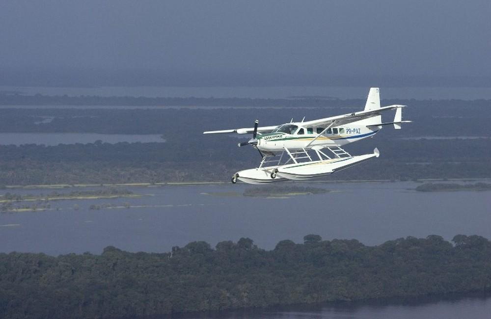 Avião do Greenpeace cai no AM e mulher sueca morre