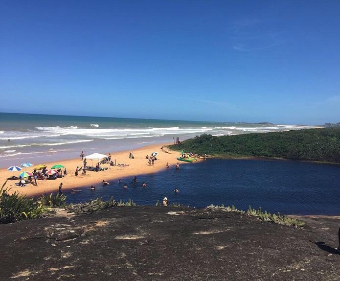 Lagoa dos Caraís, também conhecida como Lagoa da Coca-Cola, no Parque Estadual Paulo César Vinha, em Guarapari e a Praia do Setibão