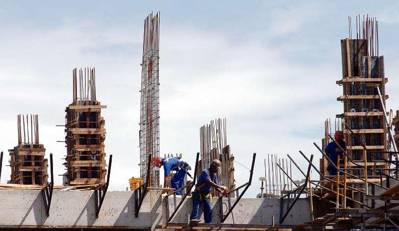 Operários trabalham em obra: Caixa vai reduzir juros de financiamento imobiliário com recursos da poupança. Crédito: Arquivo