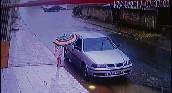 A menina é abordada na rua, às 7h37. Ela conversa um pouco do lado de fora e chega a se afastar, mas acaba entrando no veículo. Às 7h38, Thayná entra no carro e some