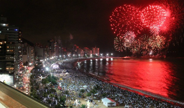 Resultado de imagem para fogos de artificios na praia
