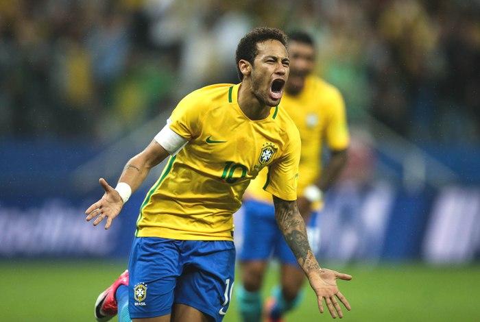 """Neymar """"driblou"""" a imprensa e os fãs que tentavam, ao menos, ter um contato visual ao deixar o hospital em Belo Horizonte por via aérea. Crédito: EFE/Fernando Bizerra Jr."""