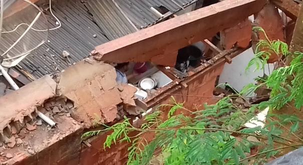 Um muro caiu sobre uma casa. Ninguém ficou ferido