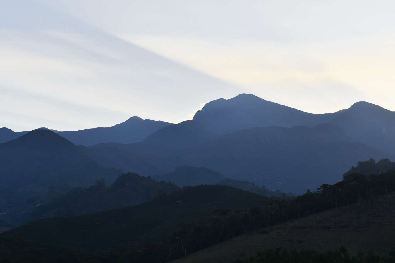 Vista da Serra do Caparaó no lado capixaba. Dá para ver o pico da bandeira da estrada . Crédito: Edson Chagas