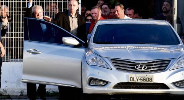 Aceno no aeroporto. O ex-presidente Lula desembarcou no Aeroporto de Vitória pouco depois das 18h e deixou o local por uma das saídas de carga do terminal. Ele acenou para militantes que o aguardavam