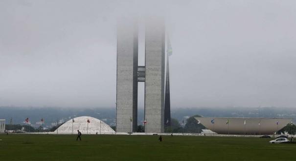 Vista geral do Congresso Nacional, encoberto por nuvens baixas, reduzindo sua visibilidade, na Esplanada dos Ministérios. Crédito: Dida Sampaio/Estadão Conteúdo/AE