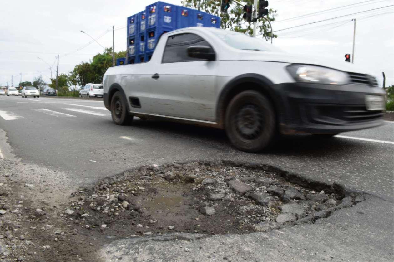 Carro precisam desviar de buracos no asfalto da ES 010, na Serra. Crédito: Vitor Jubini