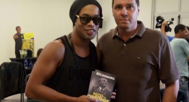 Ronaldinho e vice do Patriota, Gutemberg Fonseca, posam com livro de Bolsonaro
