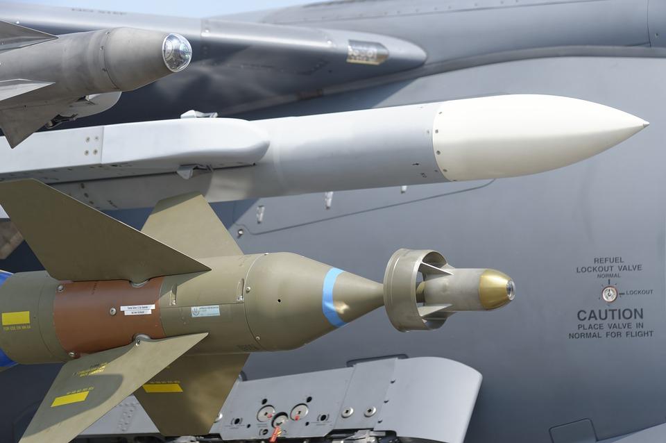 Míssil de rebeldes iemenitas intercetado sobre Riade