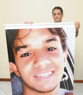 Guilherme Melgaço de Marcelos segura a foto do filho Rodrigo Marcelos, que morreu em 2008 atropelado por uma motorista embriagada