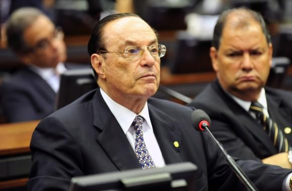 Câmara suspende salários e benefícios de Maluf e Jacob