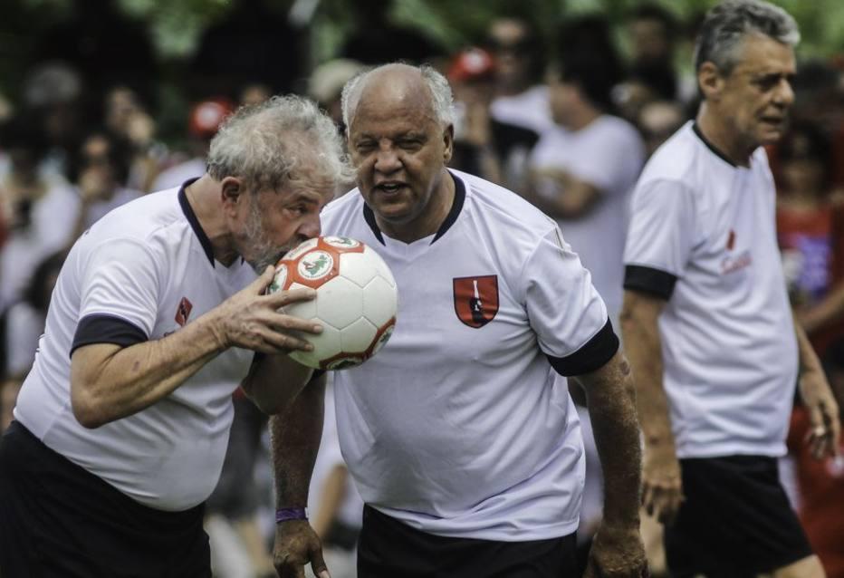 Lula e Chico Buarque inauguram campo do MST com homenagem a Sócrates