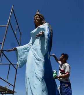 Tarcísio trabalha na pintura e na recuperação da estátua de Iemanjá, em Camburi