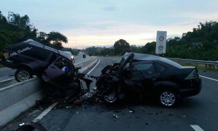 Colisão frontal deixa seis mortos e duas crianças gravemente feridas no RJ
