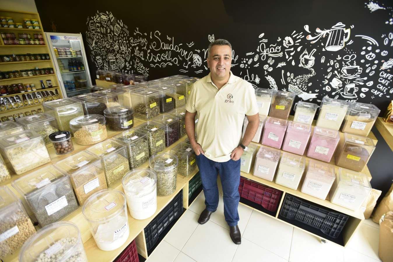 Andrei Martinez abriu em dezembro um empório de produtos naturais, grãos e temperos a granel. Crédito: Marcelo Prest