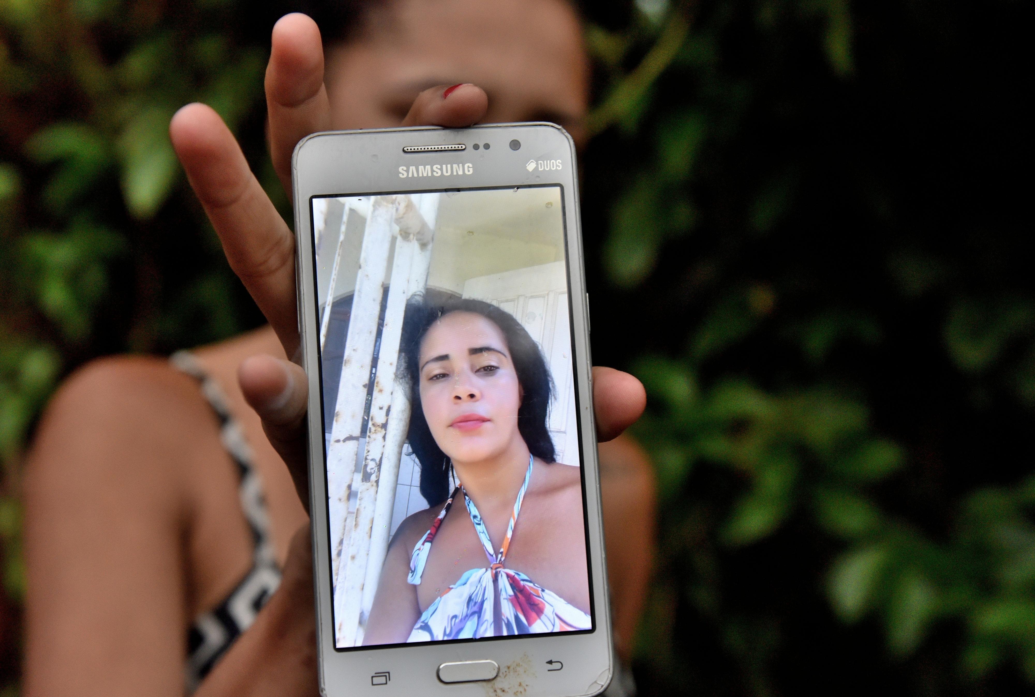 Adolescente mostra foto de mãe morta a facadas em Nova Rosa da Penha, Cariacica. Crédito:    Fernando Madeira
