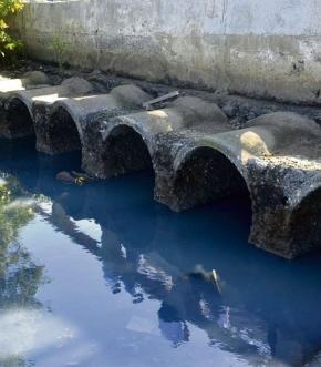 Esgoto jogado na baía de Vitória: problema gera multa