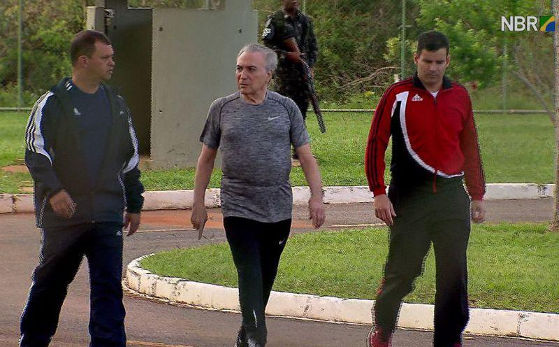 Presidente Michel Temer faz caminhada no Palácio do Jaburu acompanhado de seguranças . Crédito: Divulgação TV NBr