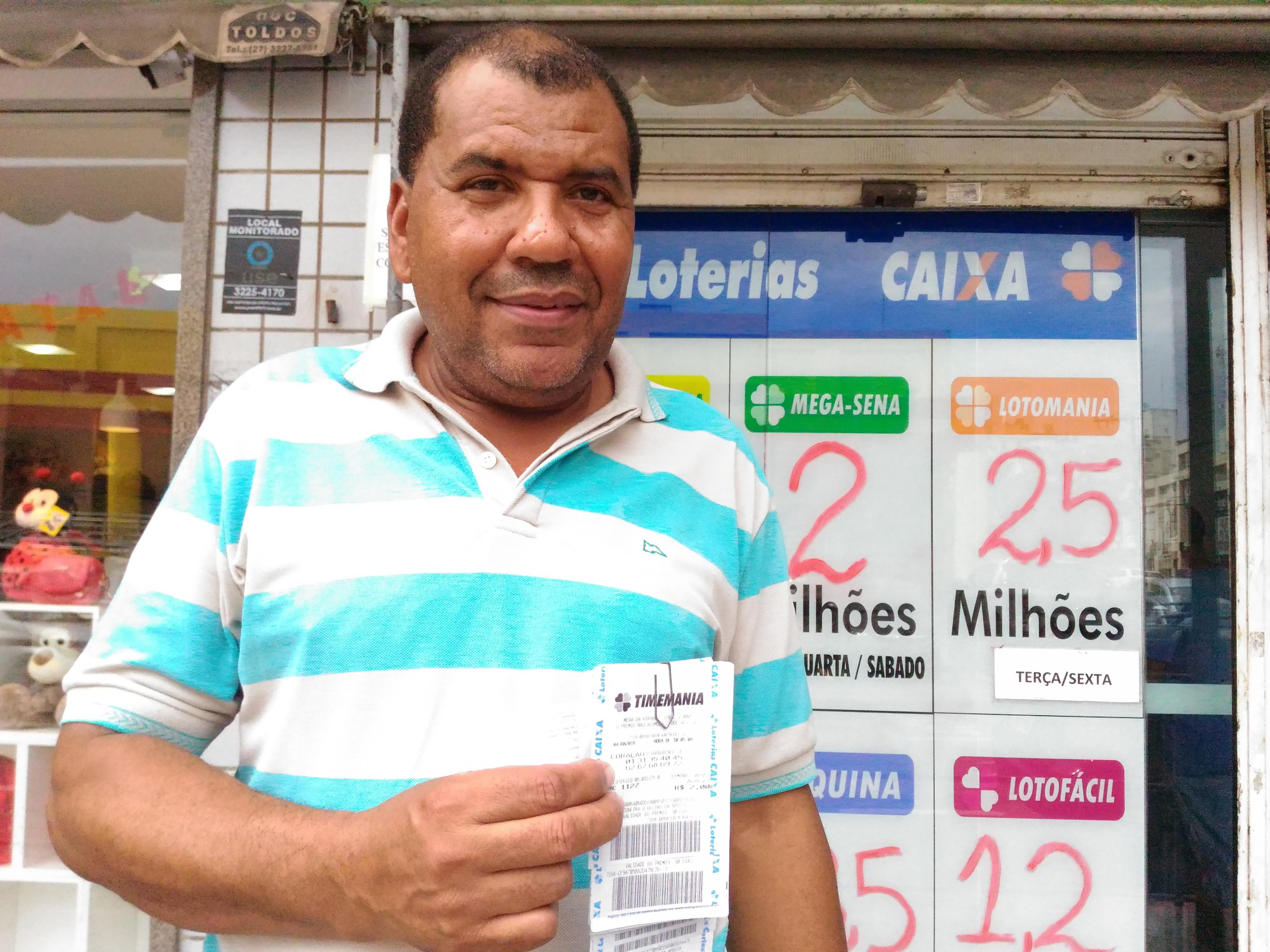 Seu José comprou R$ 30,00 de jogo nesta quinta-feira (4) e acredita que uma hora sorte chega novamente. Crédito: Kaique Dias