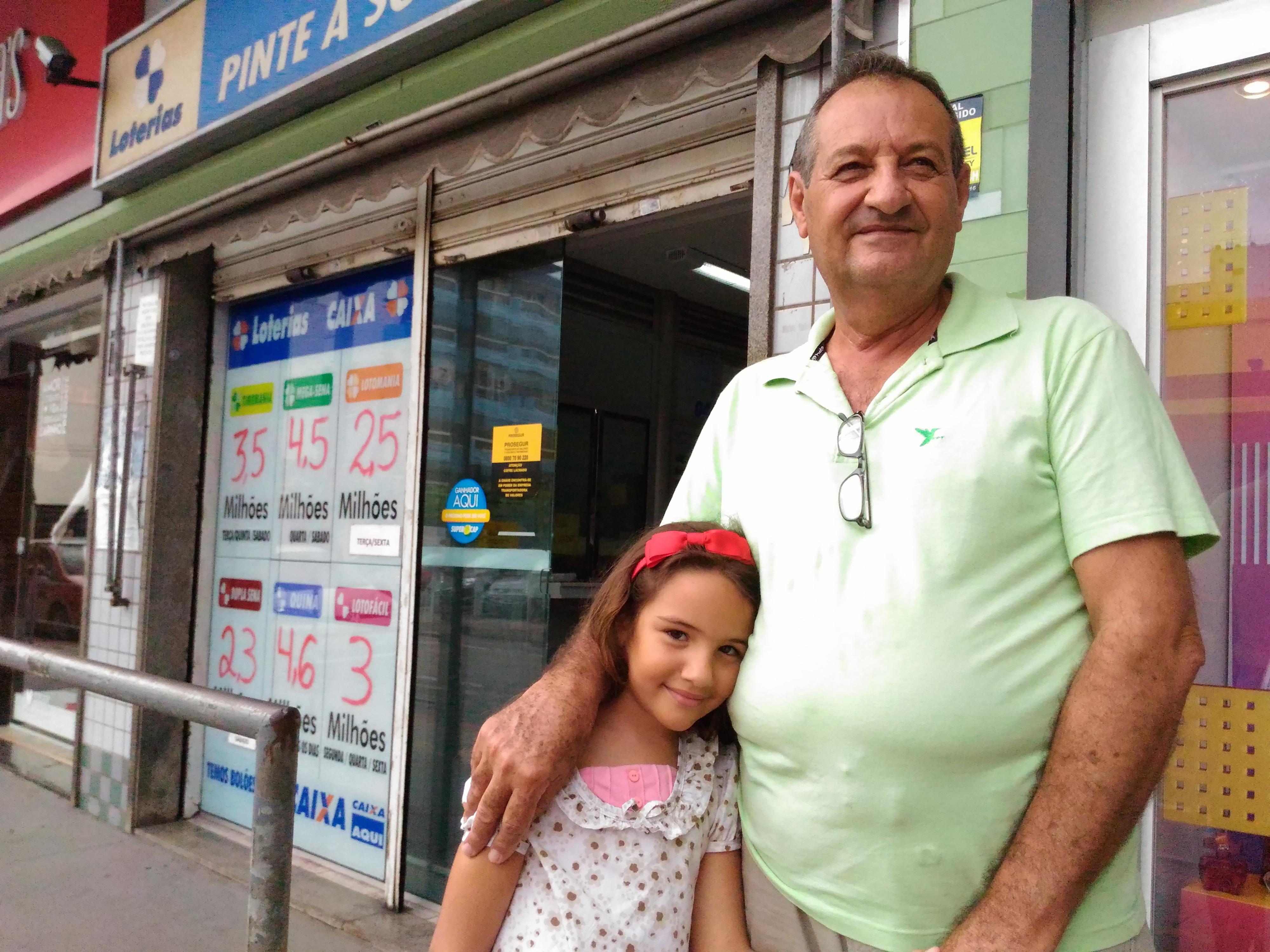 """Zelino Callegari, de 65 anos, e a filha Virna, de 6 anos: """"se não jogar não ganha."""" . Crédito: Kaique Dias"""