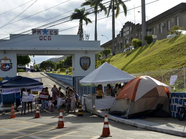 Mulheres de PM acampam em frente ao quartel-general da PM durante a greve de fevereiro. Crédito: Gazeta Online