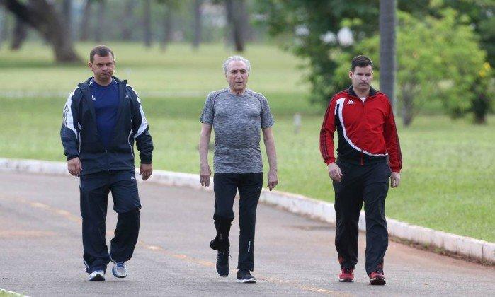 Temer caminha para mostrar que está bem de saúde; 'recuperadíssimo', afirma