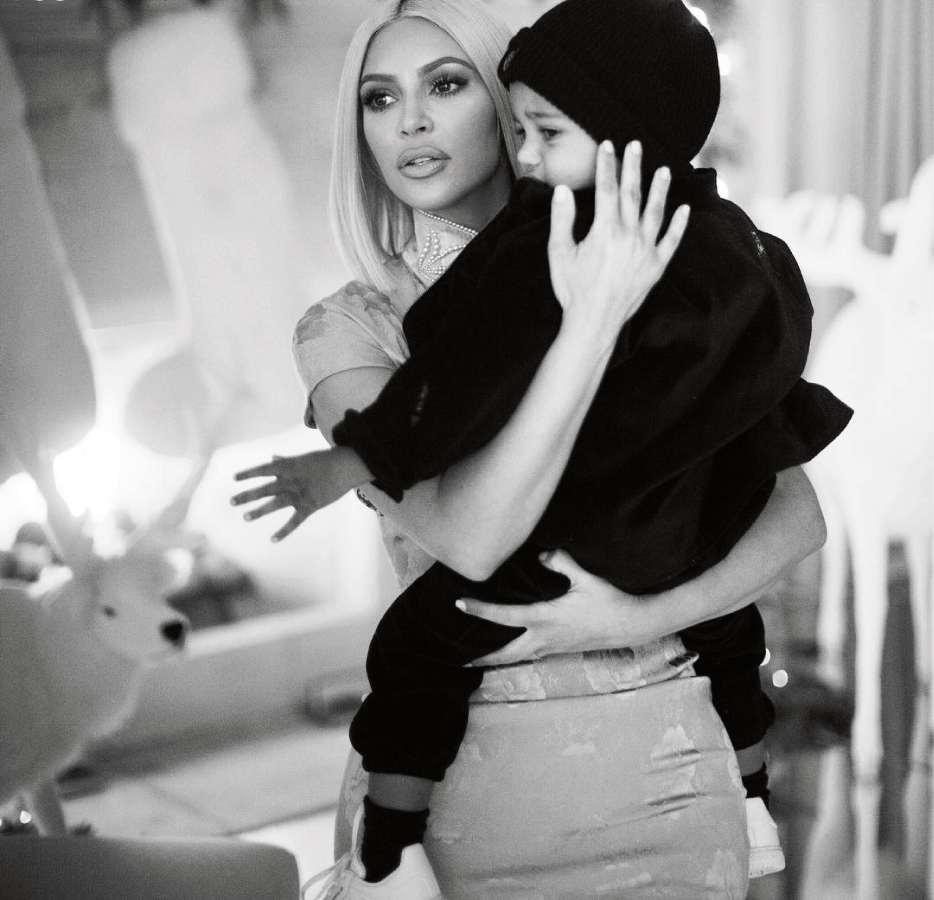 Kim Kardashian em uma foto com o filho Saint West, que está com pneumonia. Crédito: Instagram/Kim Kardashian