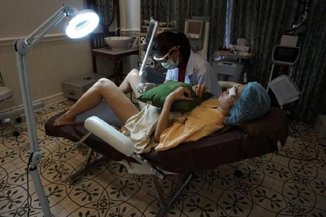 O Lelux Hospital, em Bangcoc, Tailândia, passou a oferecer um novo serviço para os homens. Crédito: Atittayapa Photiya | Facebook