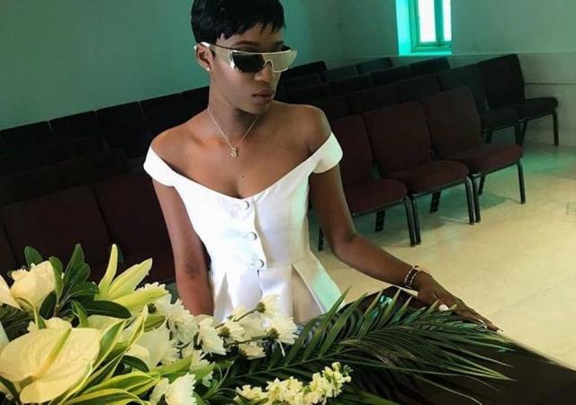 Rihanna se emociona em enterro de primo que foi assassinado no Natal