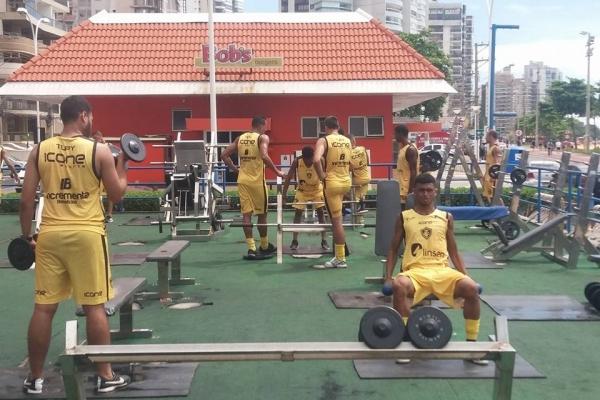 Jogadores do Tupy treinam em academia popular em Vila Velha