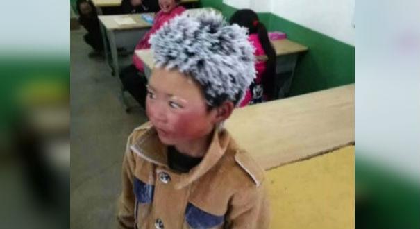 Menino chinês chega com cabelo congelado à escola e foto viraliza
