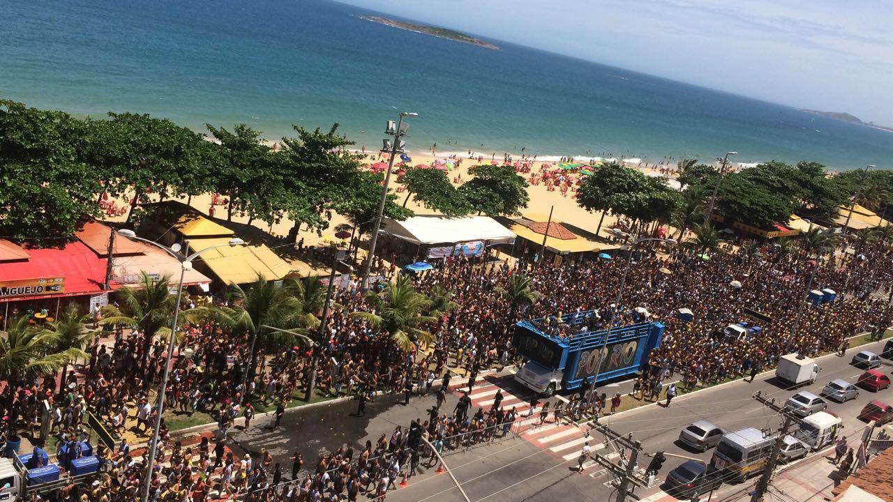 Bloco pré-carnaval termina em confusão e correria na orla de Vila Velha. Crédito: Internauta/WhatsApp Gazeta Online