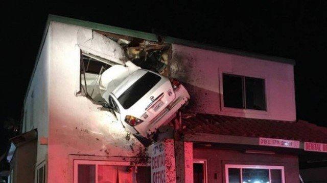 Carro voa e acaba dentro de consultório em primeiro andar