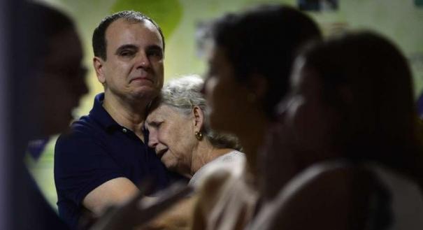 Mãe de Milena Gottardi amparada por familiares ao saber da morte da filha. Crédito: Guilherme Ferrari | Arquivo | GZ