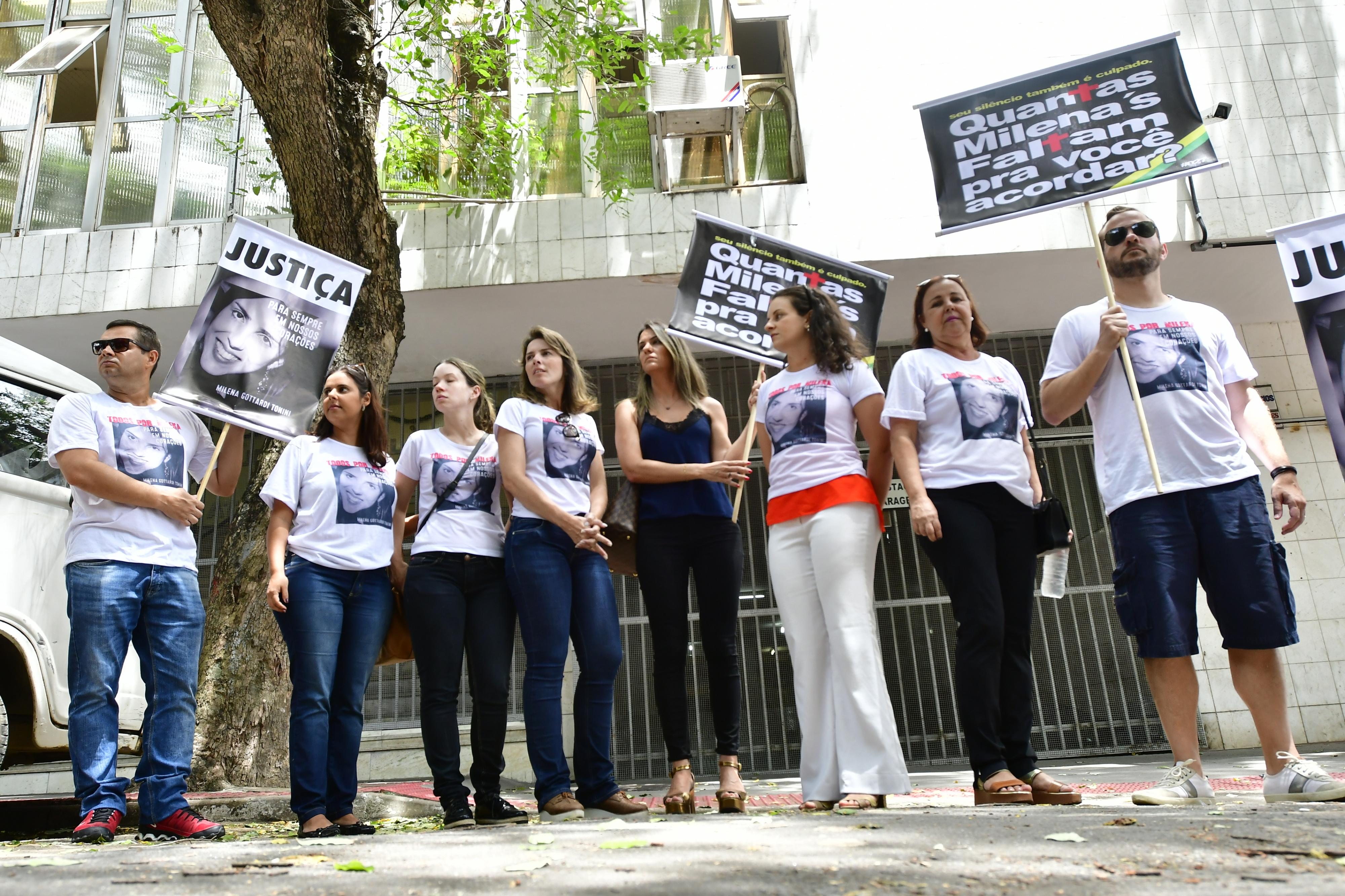 Familiares de Milena pediram por justiça na frente do Fórum Criminal de Vitória onde ocorreram as audiências. Crédito:                Bernardo Coutinho