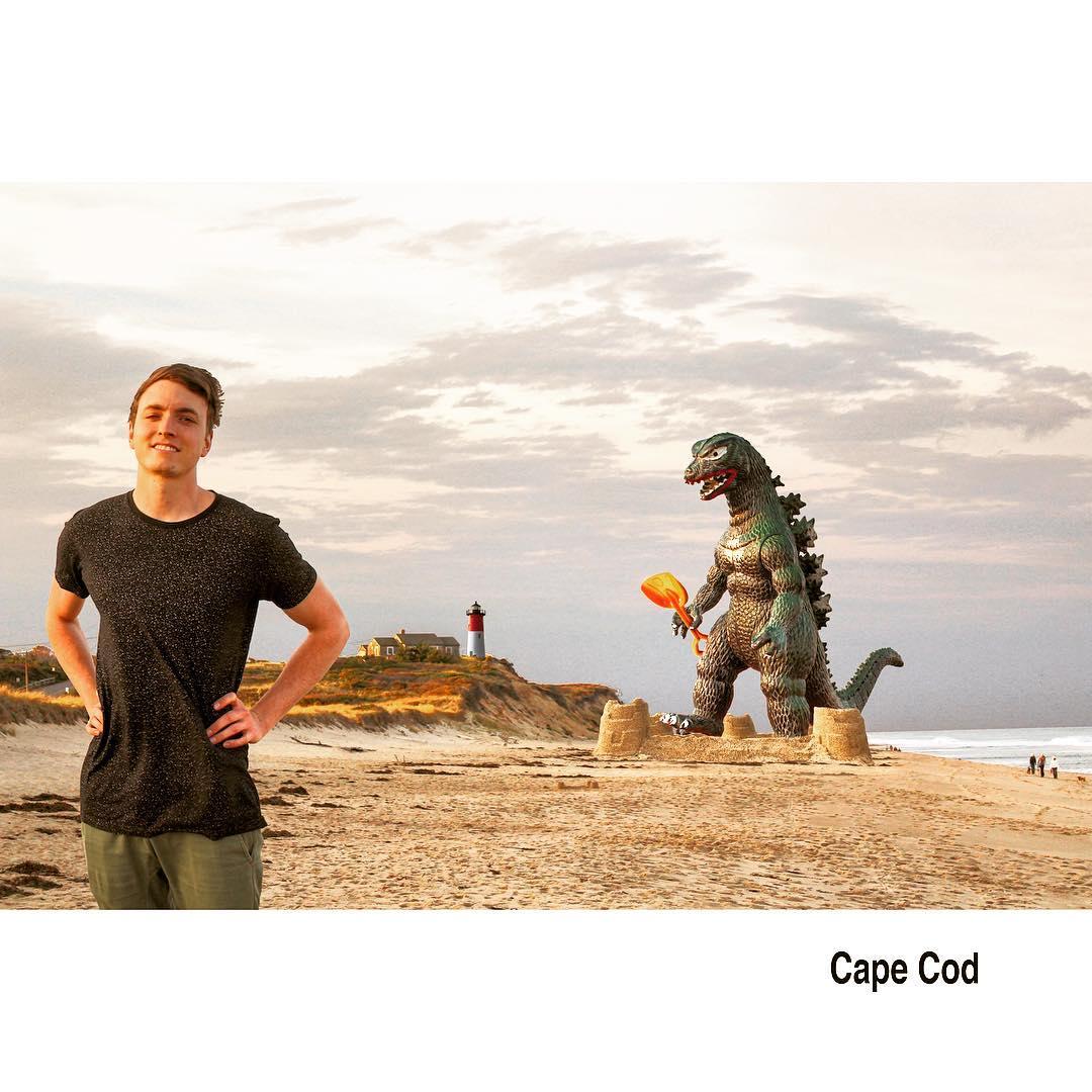 O artista norte-americano Kieran Murray insere um boneco do personagem Godzilla em fotos de viagens que ele faz pelo mundo. Crédito: Reprodução/Instagram