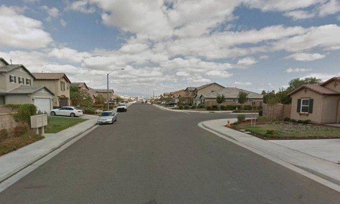 Imagem da rua onde crianças e jovens de 2 a 29 anos foram achados em cativeiro . Crédito: Reprodução
