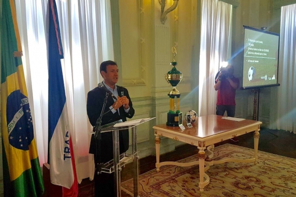 Roberto Carneiro discursa em evento de lançamento do Campeonato Rural de futebol amador