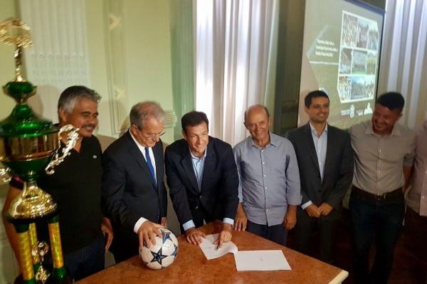 Secretário de Estado de Esportes e Lazer, Roberto Carneiro, assina convênio em solenidade