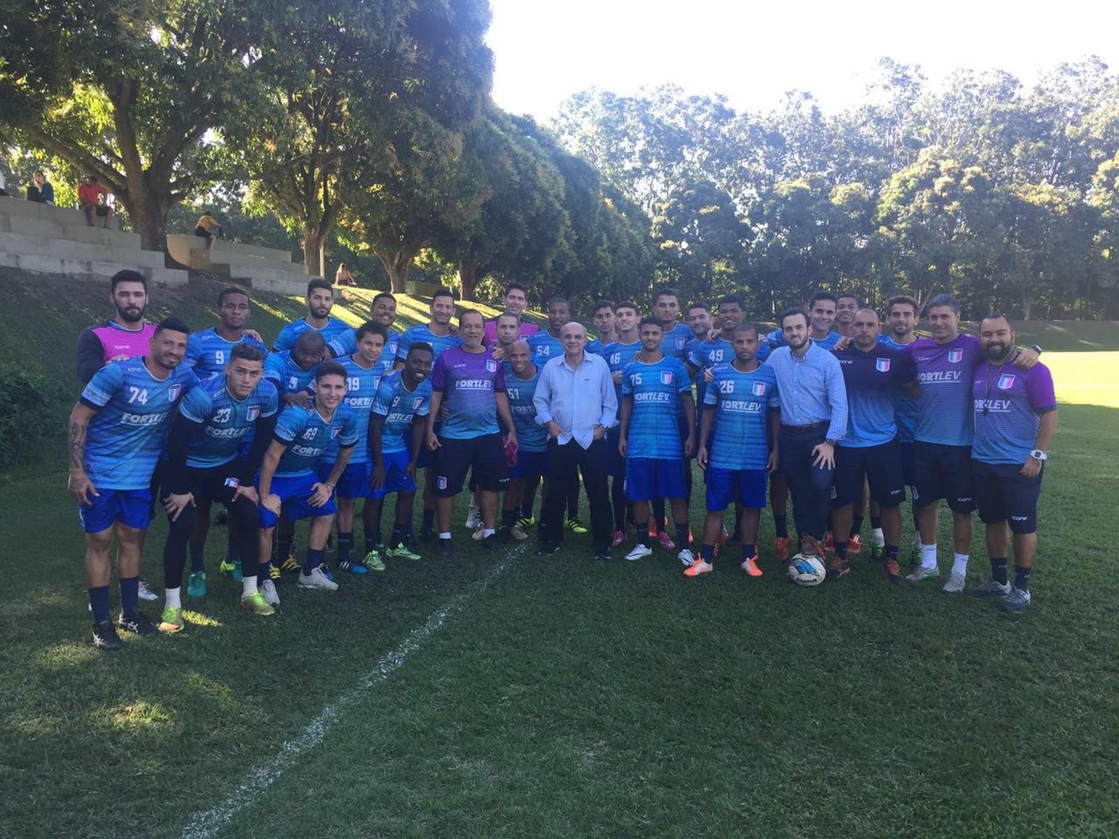 O presidente do Flamengo, Bandeira de Mello, e o elenco do Espírito Santo em visita ao Estado. Crédito: João Brito/ESFC