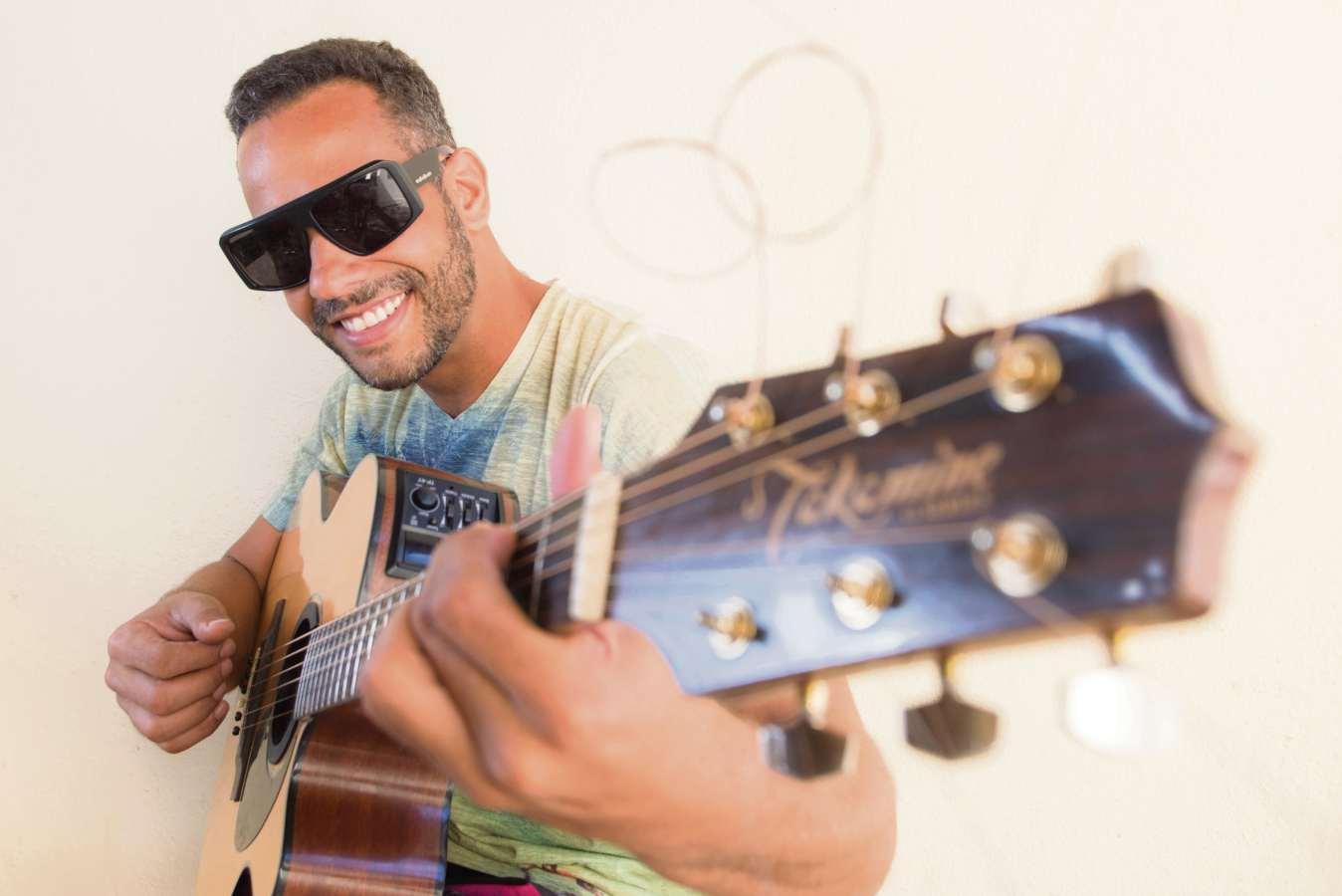 Marco Túlio se apresenta no projeto Som de Fogueira. Crédito: Eduardo Augreaves/Divulgação