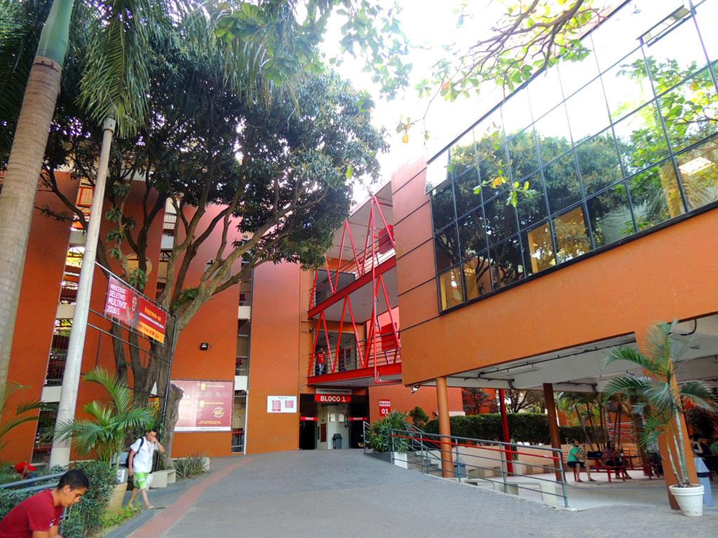 Patio de acesso da faculdade. Crédito: Faculdade Multivix