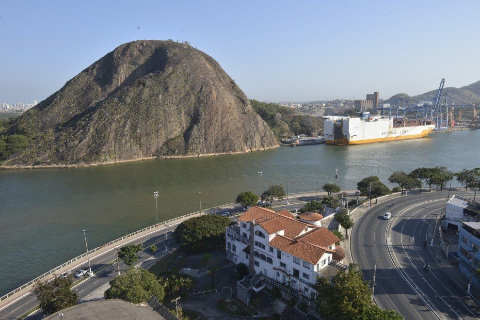 O prédio histórico do Saldanha da Gama fica ao lado da Baía de Vitória, na entrada do Centro da Capital. Crédito: Gazeta Online