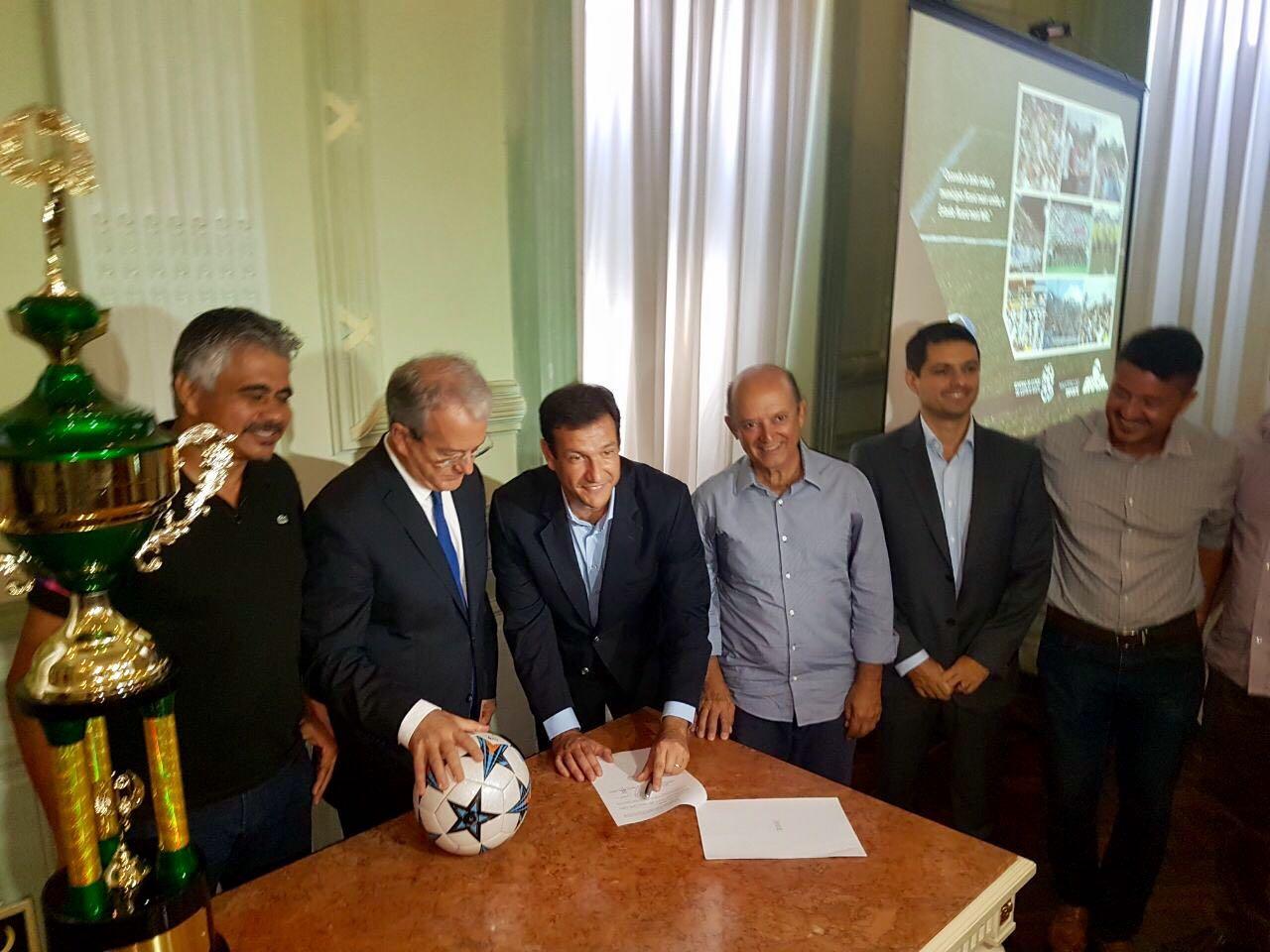 Secretário de Estado de Esportes e Lazer, Roberto Carneiro, assina convênio em solenidade. Crédito: Evandro Figueiredo/SESPORT