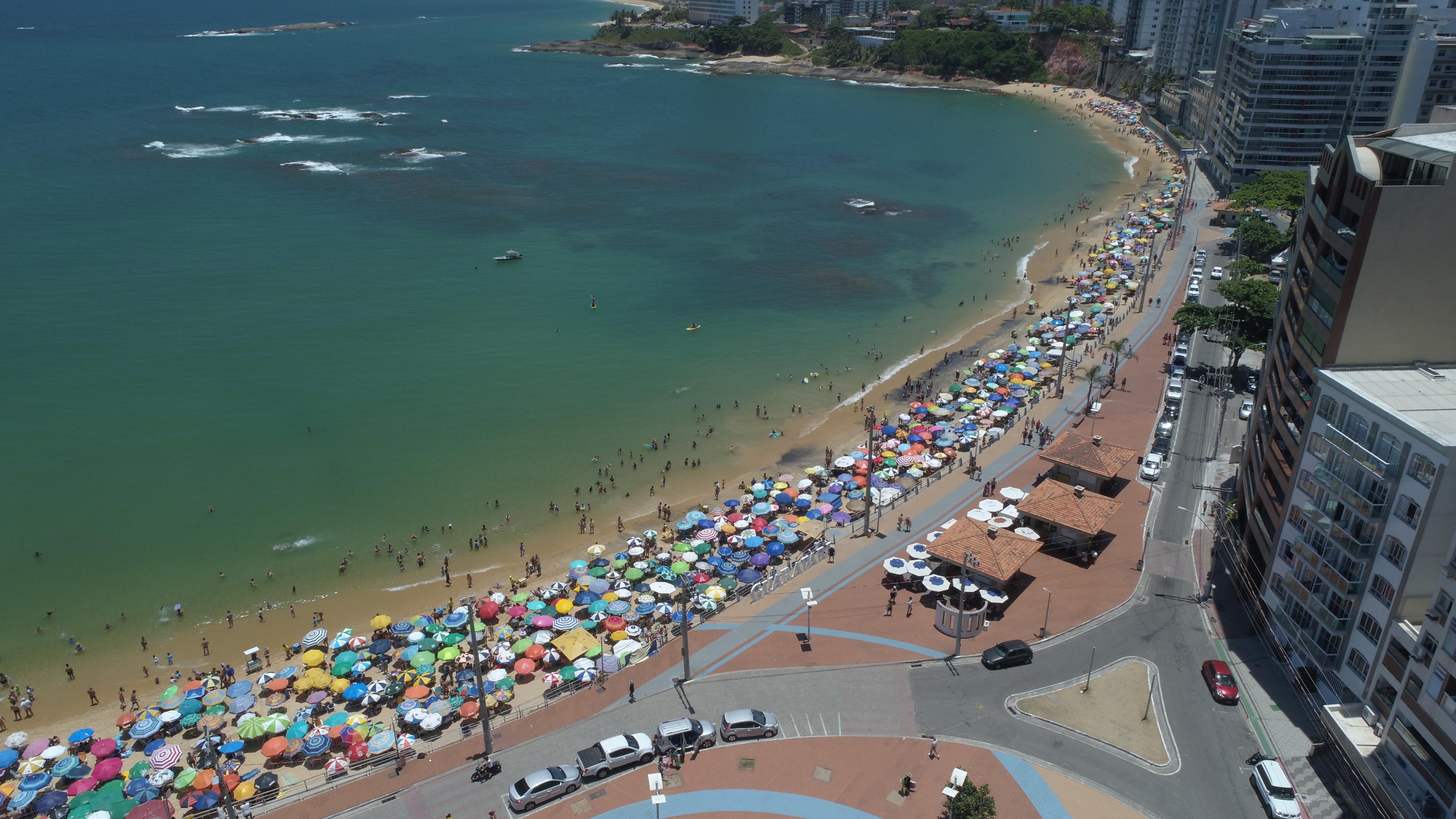 Imagens aéreas mostram movimento na praia da Areia Preta, em Guarapari . Crédito: Secundo Rezende