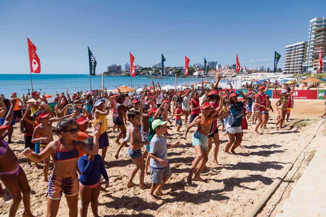 Crianças e adultos em atividade  do Circuito de Verão na Praia do Morro, em Guarapari, no ano passado. Crédito: Larissa Passos | Arquivo