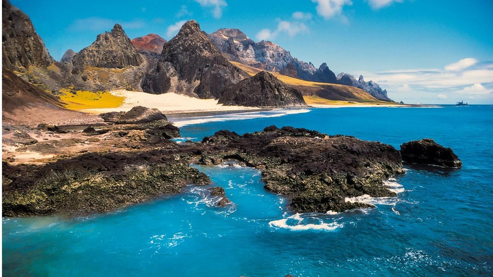 Pesquisadores estudaram a cordilheira submersa entre Vitória e a ilha de Trindade, a 1.200 km do continente; ela é composta por 30 montes submarinos de origem vulcânica. Crédito: João Luiz Gasparini | Divulgação